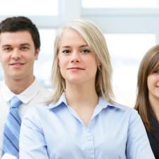 Grupa osób stojąca w biurze